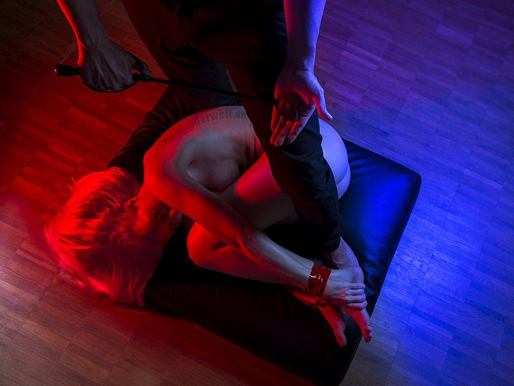 Leska-Wunderwelt-Fotografin-Wuerzburg-Fotoshooting-Akt-Eros-Erotik-Peitsche-Mann-Frau-BDSM.jpg